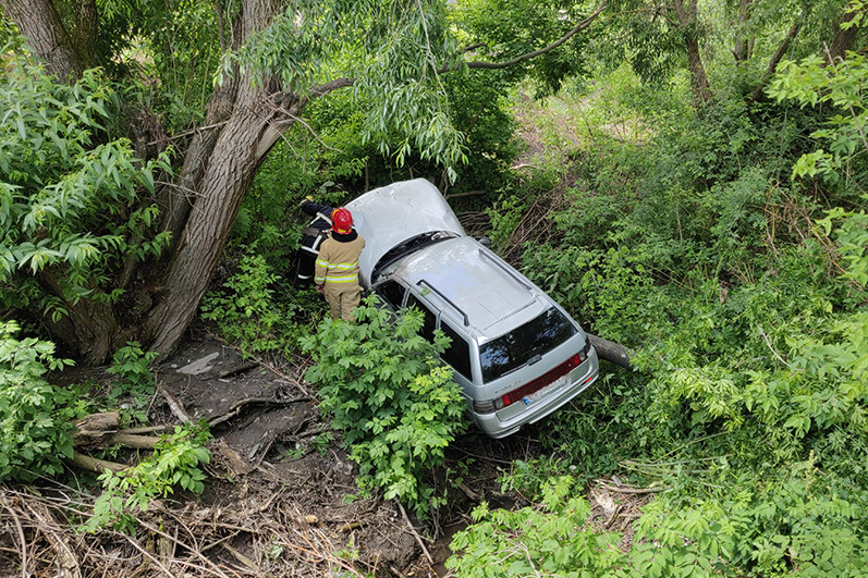 ДТП На Кам'янеччині: рятувальники діставали автівку з річки