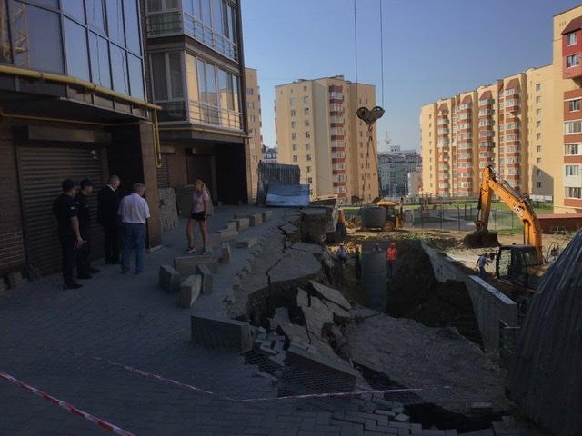 Зсув ґрунту під новобудовою: Хмельницька влада не бачить загроз для руйнування будинку, а забудовник передбачав таку аварію