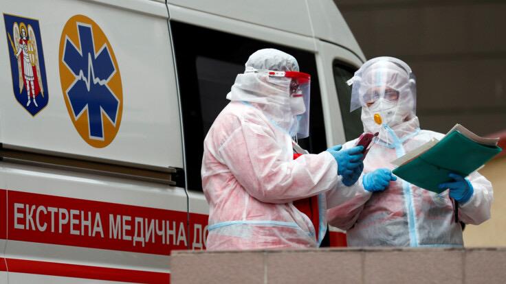 На Хмельниччині у лікуванні одного коронавірусного пацієнта задіяно по двоє медпрацівників
