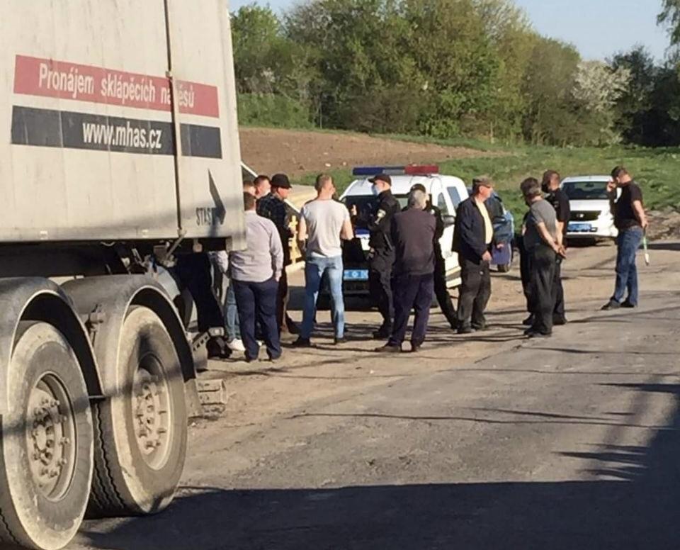 Мешканці Старокостянтинова заблокували вантажівки із львівським сміттям